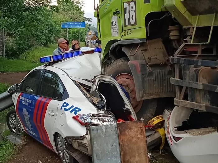 Mobil Polisi Ditabrak Truk di Banten