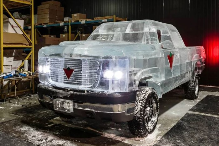Mobil yang terbuat dari es ini dapat berfungsi dan legal di jalan.