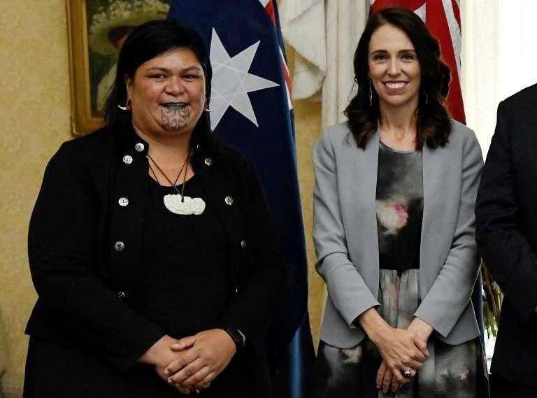 Nanaia Mahuta (kiri), yang memiliki moko kauae - tato suku Maori di dagu - diangkat menjadi menteri luar negeri oleh PM Jacinda Ardern (AFP)
