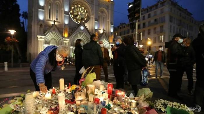 Orang-orang telah memberikan penghormatan kepada para korban serangan Nice di luar gereja. (Foto: AFP / Valery HACHE)