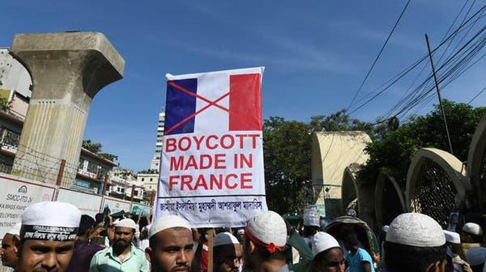 Para pengunjuk rasa memegang spanduk dan meneriakkan slogan-slogan selama demonstrasi yang menyerukan boikot produk Prancis dan mengecam Presiden Prancis Emmanuel Macron di Dhaka pada 30 Oktober 2020. (AFP Photo)