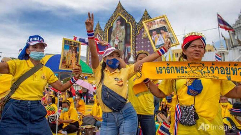 Saat Pendukung Monarki Bikin Raja Thailand Turun Gunung