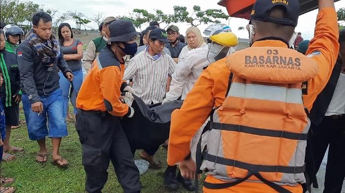 Petugas evakusi jasad korban yang terseret ombak di Pantai Batu Bintang, Sukabumi.