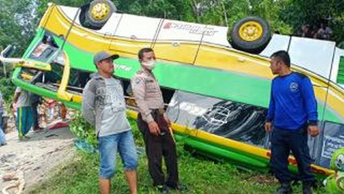 Kecelakaan bus terjadi di kawasan objek Wisata Chinangkiak, Danau Singkarak, Kabupaten Solok, Sumatera Barat. Bus terbalik diduga tidak kuat saat jalan menanjak.