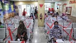 Di tengah pandemi, petugas kesehatan tingkat Puskesmas Kecamatan Cilincing ini tetap melayani warga dengan maksimal dan penuh semangat. Begini potretnya.