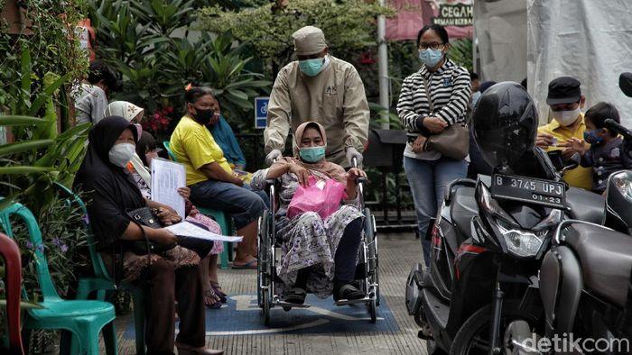 Petugas kesehatan melayani warga di kawasan Puskesmas Kecamatan Cilincing, Jakarta Utara, Senin (2/11).  Menurut keterangan petugas pelayanan Puskesmas Kecamatan Cilincing akan terus memberikan pelayanan maksimal di tengah pandemi COVID-19 ini. Terutama saat pasca libur panjang ini.