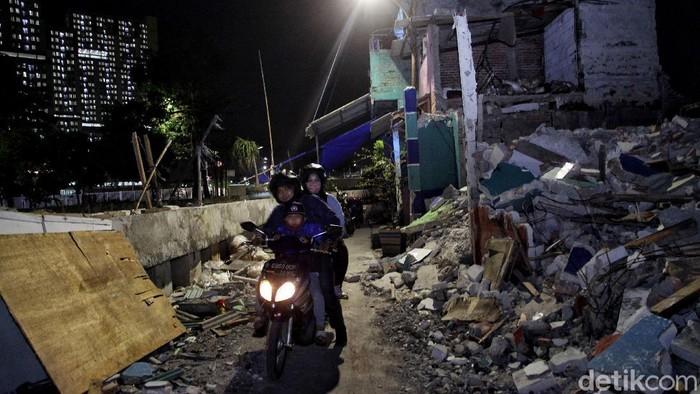 Sejumlah rumah di kawasan Kemayoran, Jakarta, digusur. Menurut warga setempat penggusuran telah dilakukan sejak bulan Oktober lalu.