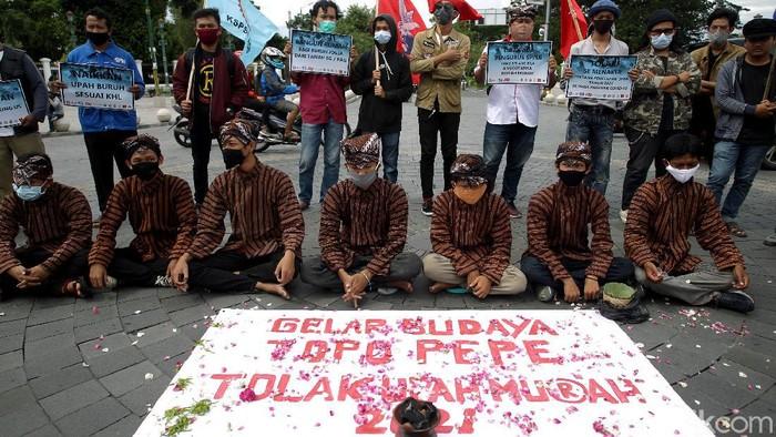 Kenaikan UMP di Yogyakarta yang kurang dari 4 persen pada tahun 2021 membuat buruh kecewa. Aksi teatrikal pun digelar sejumlah buruh terkait kenaikan UMP itu.