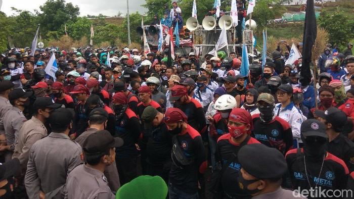 Ratusan buruh di Bandung Barat berunjuk rasa menuntut kenaikan UMP
