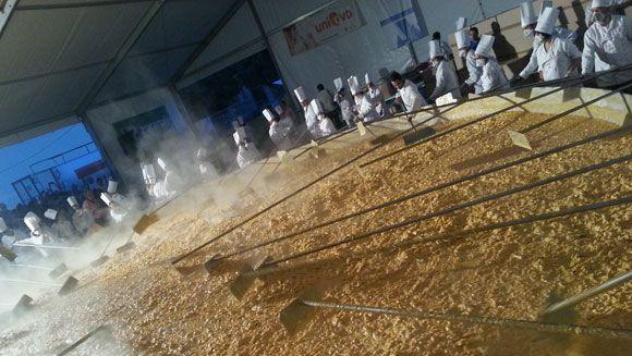 Rekor Omelet Jumbo, Dibuat dari 60 hingga 145 Ribu Telur Ayam!