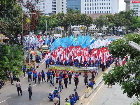 Sambil Bawa Bendera, Buruh Padati Jalan Medan Merdeka Barat
