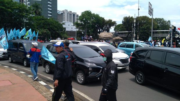 Sejumlah Kendaraan Tertahan Massa Buruh di Bundara Patung Kuda Jakarta Pusat