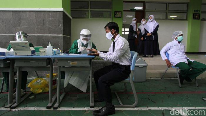 Sejumlah pelajar dan karyawan mengikuti rapid test di SMP Al-Azhar Syifa Budi, Solo, Jawa Tengah, Senin (2/11/2020).