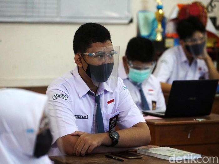 Uji coba pembelajaran tatap muka digelar di SMA Negeri 3 Surakarta. Begini prosesnya.