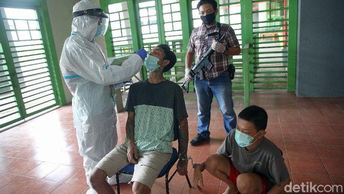 Sejumlah tahanan di penjara Bekasi menjalani tes swab. Hal itu dilakukan guna mencegah penyebaran virus Corona di penjara.