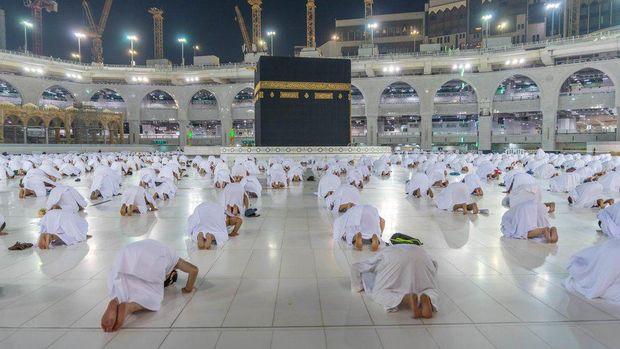 Umat Muslim dunia kembali ke Mekah pertama kali pada masa pandemi untuk menunaikan umrah