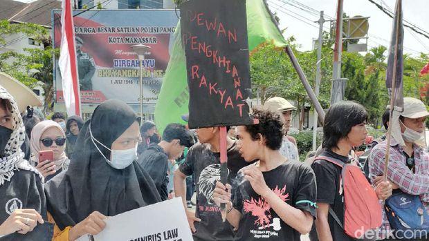 Unjuk rasa massa di Mapolrestabes Makassar menuntut korban salah tangkap saat aksi Omnibus Law dibebaskan