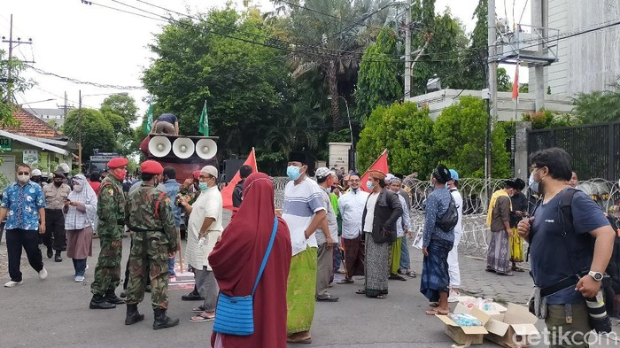 warga surabaya demo presiden perancis