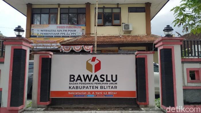 Hingga hari ke-39 masa kampanye, Bawaslu Kabupaten Blitar menerima tujuh laporan dugaan pelanggaran. Dugaan pelanggaran ini terkait netralitas ASN dan pemasangan APK serta iklan kampanye yang tidak sesuai aturan PKPU.