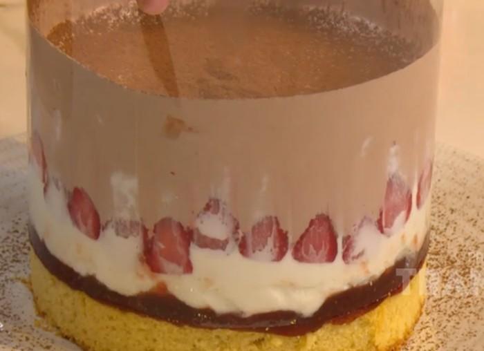 Cake Cokelat Stroberi Lava