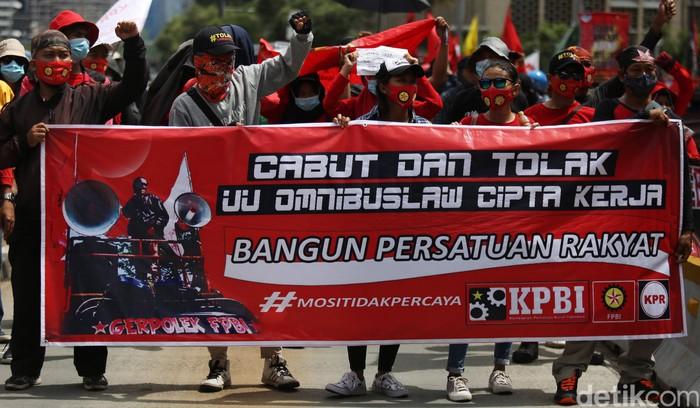 Omnibus Law Cipta Kerja kini sudah resmi diteken Presiden Jokowi. Dalam perjalanannya, UU Cipta Kerja menimbulkan kontroversi hingga akhirnya diundangkan.