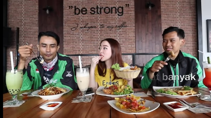 Diajak Makan di Kafe, Dua Ojol Ini Bandingkan dengan Makanan Warteg