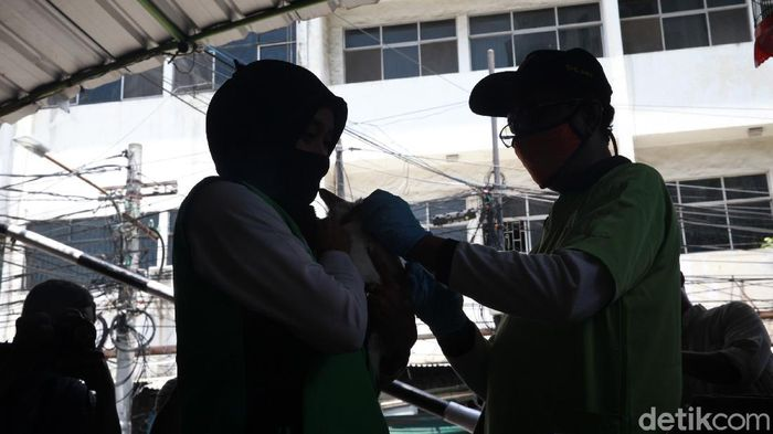 Warga membawa binatang peliharaan ke posko vaksinasi rabies gratis di Kebon Kelapa, Gambir Jakarta Pusat, Selasa (3/10/2020). Program vaksinasi ini dilakukan oleh Dinas KPKP Jakarta dengan pemprov DKI.