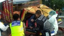 Truk Penuh Muatan Tabrak Pembatas Jalan di Semarang, 2 Orang Luka Berat