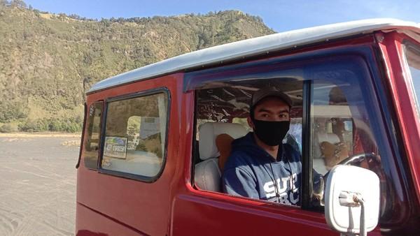 Salah satu sopir mobil bernama Julian, mengatakan bahwa batasan jumlah penumpang sudah ditetapkan oleh Satgas COVID-19 setempat. Apabila melanggar, maka mobil offroad sewaan tidak bisa memasuki wisata Bromo.