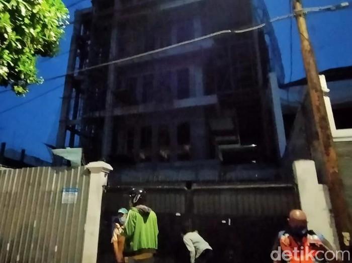 lift bawa enam kuli bangunan di surabaya anjlok