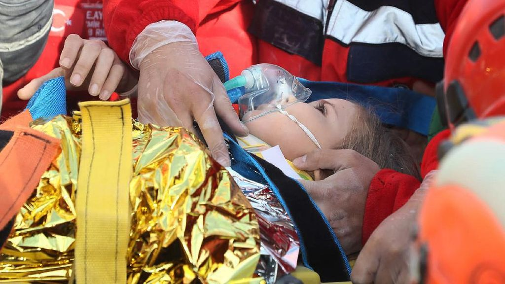 Video Evakuasi Balita Setelah 4 Hari Tertimbun Reruntuhan di Turki