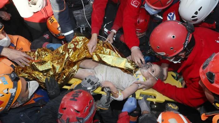 Aksi heroik diperlihatkan oleh para otoritas darurat Turki AFAD yang berhasil menyelamatkan bocah perempuan dari reruntuhan banguan usai 4 hari gempa Turki.