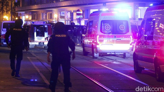 Police officers stay in position during an operation, in Vienna, Austria, Tuesday, Nov. 3, 2020. Police in the Austrian capital said several shots were fired shortly after 8 p.m. local time on Tuesday, Nov. 2, in a lively street in the city center of Vienna and that there were six different shooting locations. Austrias top security official said authorities believe there were several gunmen involved and that a police operation was still ongoing. (Photo/Ronald Zak)