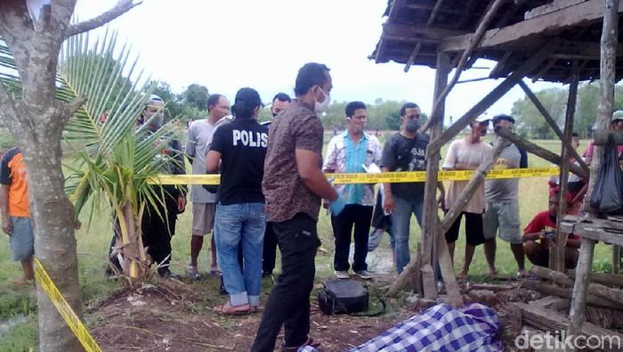 Polisi menggelar olah TKP penemuan mayat petani di gubuk sawah Cepu, Blora, Selasa (3/11/2020).
