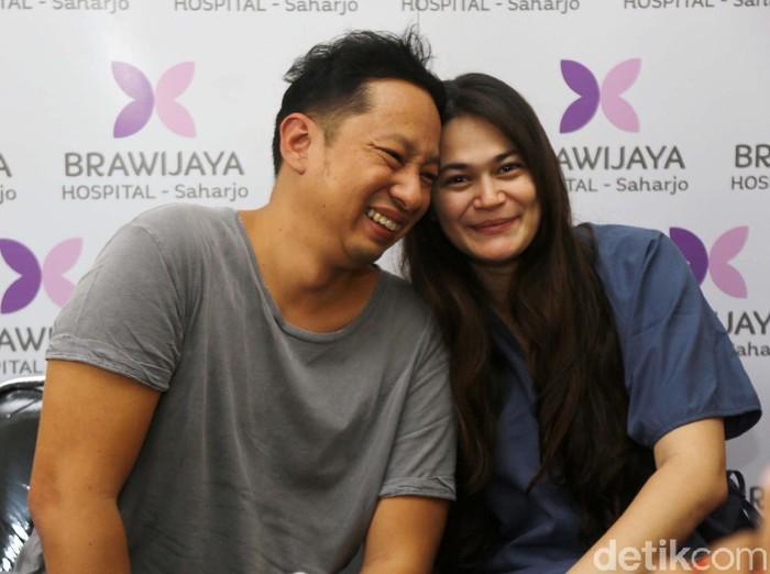 Ringgo Agus Rahman dan Sabai Morscheck saat ditemui di RS Brawijaya.