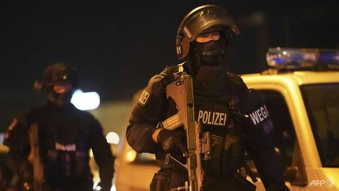 Sejumlah besar polisi mengamankan pusat kota Wina beberapa jam setelah penembakan dimulai. (Foto: AFP / GEORG HOCHMUTH)