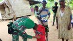 TNI Bagi-bagi Pakaian Layak Pakai di Kampung Kondo Merauke