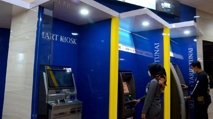 Nasabah PT Bank Tabungan Negara (Persero) Tbk. sedang bertransaksi menggunakan salah satu mesin ATM Bank BTN di Jakarta, Selasa (3/11). Pada periode libur bersama  kemarin, perseroan mencatatkan 1,42 juta transaksi melalui ATM dengan nilai mencapai Rp644,85 miliar terhitung sejak 28 Oktober hingga 1 November 2020. Pada periode yang sama, nasabah Bank BTN juga terpantau menggunakan layanan mobile banking perseroan dengan 883,95 ribu transaksi senilai Rp180,73 miliar. Bank BTN terus melakukan berbagai strategi untuk meningkatkan layanan  elektronik banking terutama untuk mempermudah layanan khususnya kepada nasabah pada masa pandemic COVID-19.