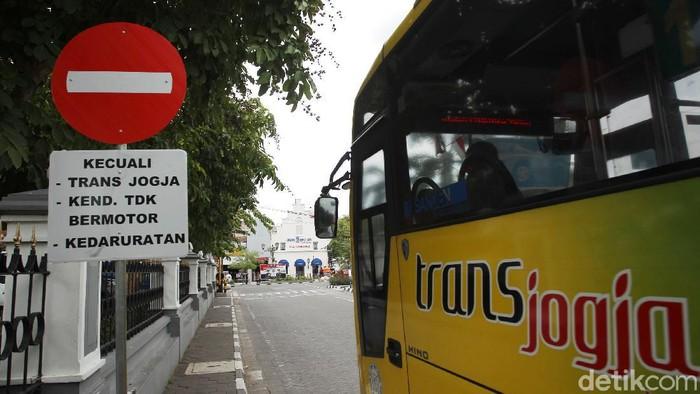 Dinas Perhubungan Daerah Istimewa Yogyakarta (Dishub DIY) melakukan uji coba bebas kendaraan di kawasan Malioboro. Di hari pertama uji coba Malioboro bebas kendaraan ini suasana tampak lengang dari lalu lalang kendaraan.