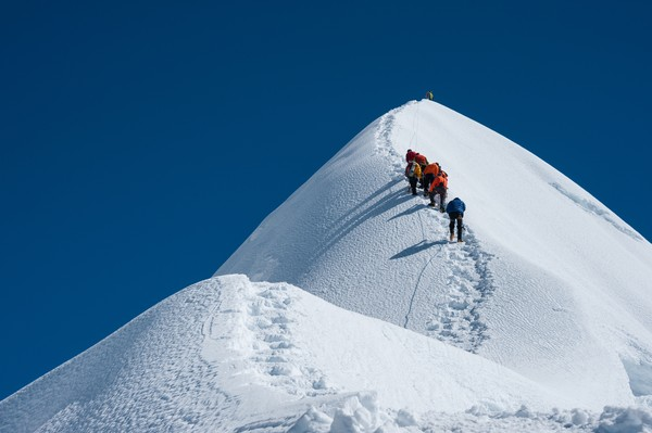 Jika Anda ingin mendaki gunung tertinggi di dunia, diperlukan lebih banyak pelatihan, uang, dan keahlian. Intrepid Travel menjalankan perjalanan trekking selama 15 hari bagi siapa saja yang ingin mencapai Base Camp Gunung Everest, gunung tertinggi di dunia. (Getty Images/iStockphoto/Koonyongyut)