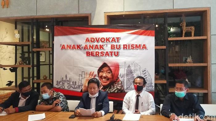 Wali Kota Surabaya Tri Rismaharini diadukan seorang pengacara, Abdul Malik ke Polda Jatim. Kini ada puluhan advokat yang berempati dan siap membela Risma.