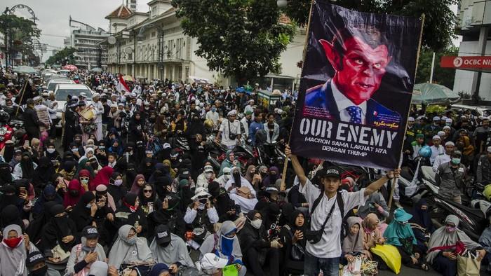 Massa yang tergabung dalam Aliansi Pergerakan Islam (API) Jabar berunjuk rasa di Gedung Merdeka, Bandung, Jawa Barat, Rabu (4/11/2020). Aksi tersebut untuk mengecam dan protes terhadap  Presiden Prancis Emmanuel Macron yang dianggap menghina Nabi Muhammad SAW sekaligus kordinasi seruan berangkat ke Jakarta untuk menjemput kedatangan Rizieq Shihab ke Indonesia. ANTARA FOTO/Novrian Arbi/foc.