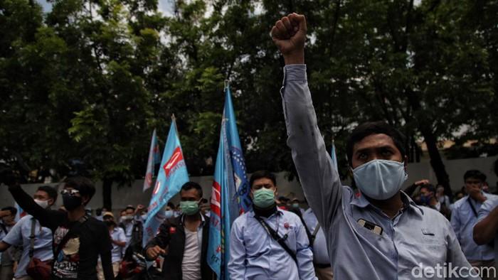 Sejumlah buruh Astra gelar aksi unjuk rasa di depan pabrik Astra yang berada di Sunter, Jakut. Dalam aksi itu, para buruh menolak dilakukannya PHK sepihak.