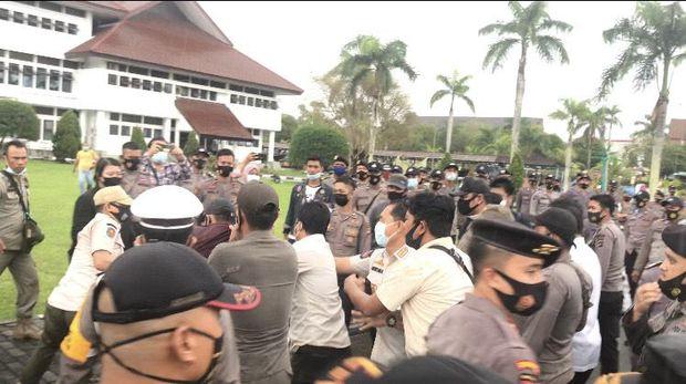 Demo mahasiswa dalam rangka evaluasi kinerja Gubernur Babel berakhir ricuh, Rabu (4/11/2020).