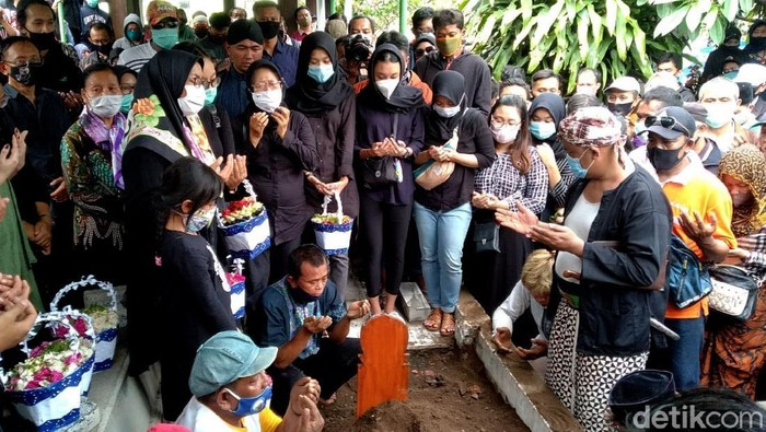 Suasana duka menyelimuti proses pemakaman Ki Seno Nugroho. Dua wayang kulit berwarna hitam ikut dikuburkan, yakni tokoh pewayangan Bagong dan Bima.