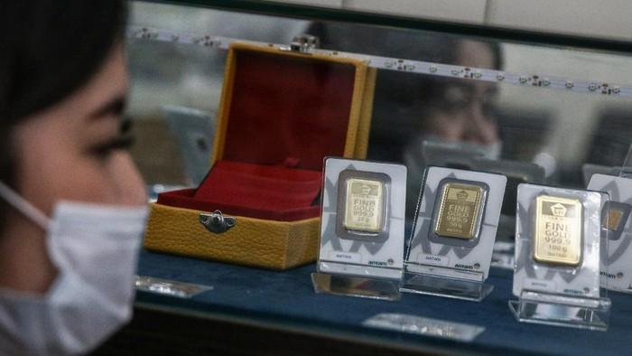Harga emas Antam kembali ke level Rp 1 juta per gram. Hari ini, harga emas Antam naik Rp 10.000 dan dijual Rp 1.004.000 per gram.