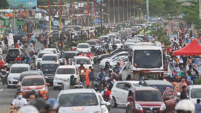 Sejumlah pengunjung memadati kawasan Pantai Padang, Sumatera Barat, Minggu (1/11/2020). Masa libur panjang dimanfaatkan warga Padang dan sekitarnya untuk berwisata dengan mengunjungi Pantai Padang. ANTARA FOTO/Iggoy el Fitra/aww.