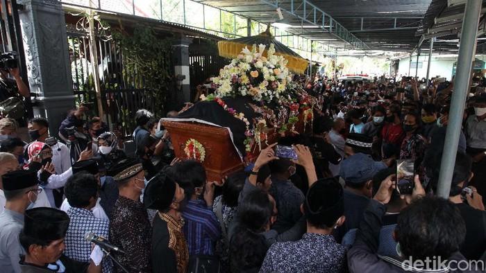 Jenazah dalang Ki Seno Nugroho diberangkatkan ke pemakaman. Isak tangis sinden dan niyaga (penabuh gamelan) mengiringi pelepasan jenazah.