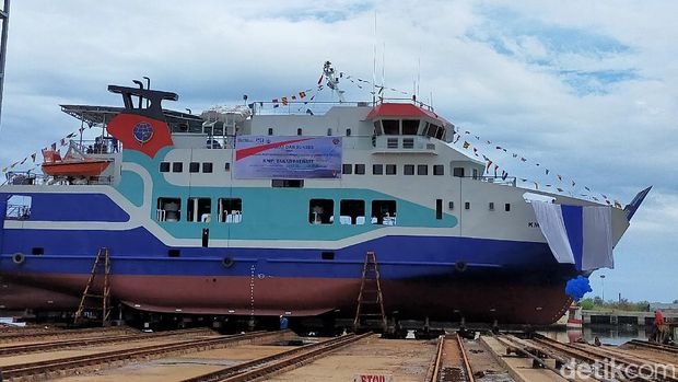 Kapal motor penyeberangan (KPM) Takabonerate siap berlayar di Selayar, Sulsel. Kapal roll on roll off (Ro-Ro) berkapasitas 500 GT ini mulai berlayar hari ini. (Ibnu Munsir/detikcom)