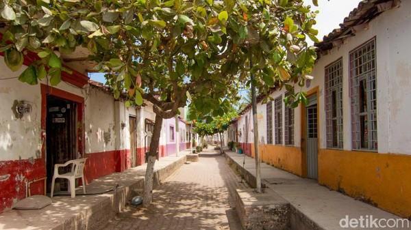 Iya, jalanan kota ini yang biasa dipakai berjalan kaki berubah jadi kanal seperti di Venesia. Jadilah Mexcaltitan mendapat julukan pula sebagai Venesia-nya Meksiko. (CNN)